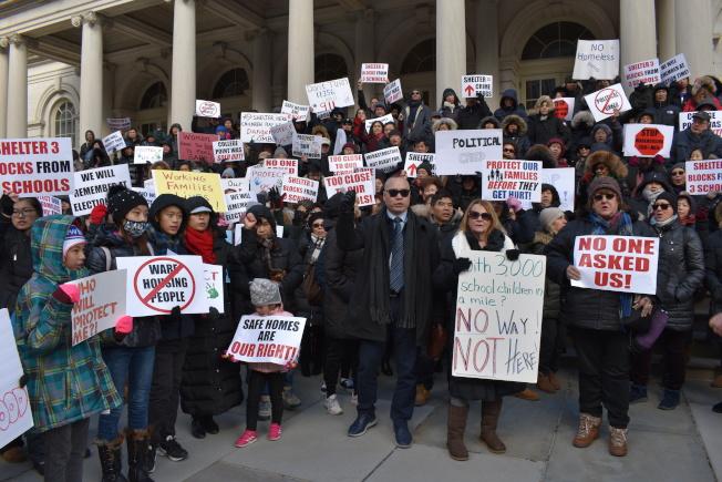 300多名大學點居民13日聚集在市政廳前廣場抗議市府在社區建遊民收容所。(記者顏嘉瑩/攝影)