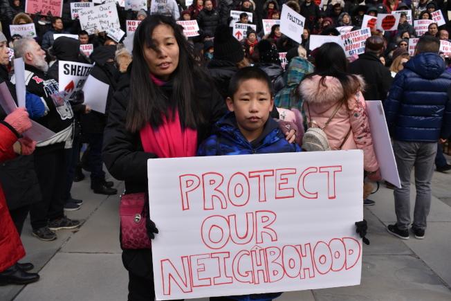 陳炫樺(右)說,若在上、下學途中看到遊民在街邊,「感覺很危險、很害怕」。(記者顏嘉瑩/攝影)