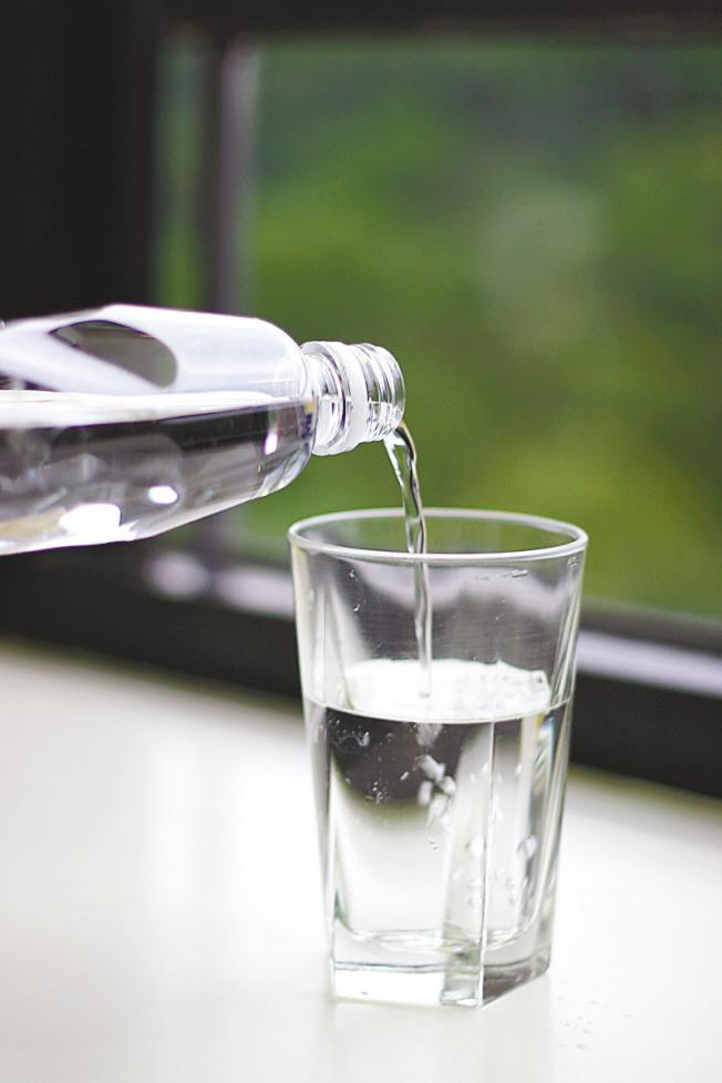 多喝水是最便宜、最简单的养生法。(本报资料照片)