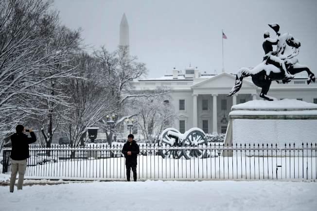 華府13日降下大雪冰凍,象徵聯邦政府也僵動。(Getty Images)