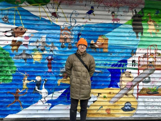 蕭喆旻在餐廳鐵捲門上創作「我的西遊記」。(記者朱蕾/攝影)