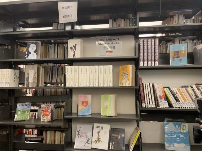 法拉盛圖書館利用基金會捐款,添購7000本中文書籍和4000個紀錄片。(記者賴蕙榆/攝影)