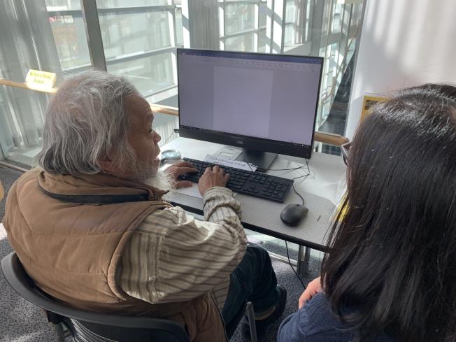 圖書館人員教導耆老使用中文介面電腦。(記者賴蕙榆/攝影)