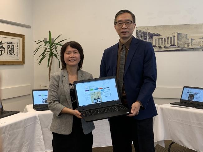 法拉盛圖書館啟用32台中文介面電腦,曾陽(左)、邱辛曄(右)鼓勵民眾善加利用。(記者賴蕙榆/攝影)