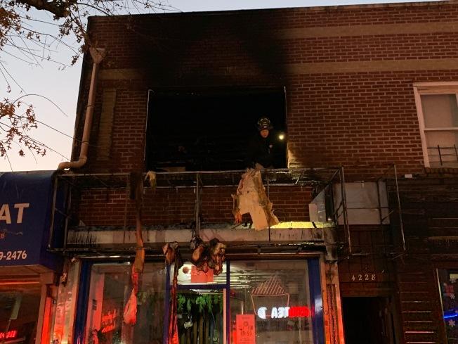火勢撲滅兩小時後,警消人員仍在現場調查起火原因。(記者賴蕙榆/攝影)