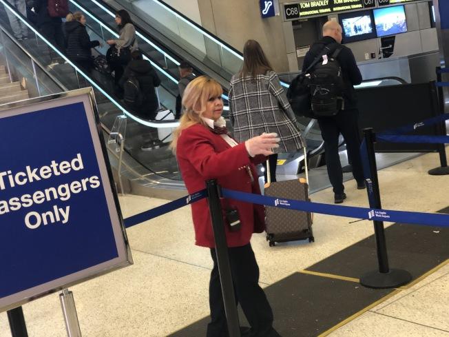 政府停擺影響了數以萬計的聯邦員工,包括洛杉磯機場的保安人員。(記者王千惠/攝影)