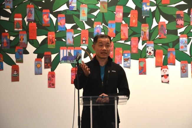 劉醇逸16日在法拉盛文藝中心分享新崗位見聞。(記者牟蘭/攝影)
