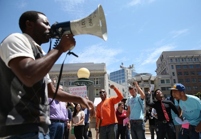 圖為灣區民眾示威要求提升最低薪資。(Getty Images)