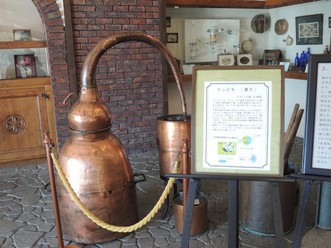 萃取香水的古老銅器。