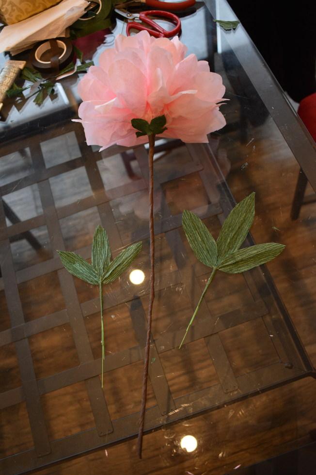 用咖啡色花藝膠帶將牡丹花半成品和葉子組合。(記者顏嘉瑩/攝影)