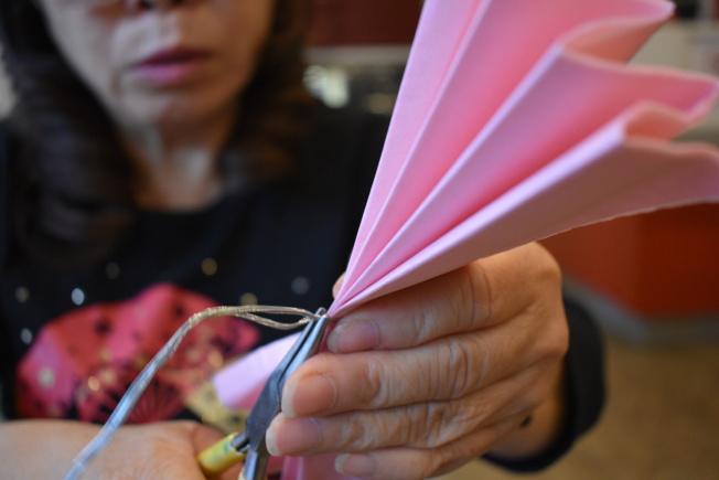 摺好後用鐵絲在中心點用尖嘴鉗扭轉固定。(記者顏嘉瑩/攝影)