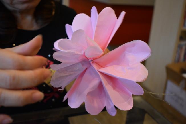 將禮物紙一層一層拉起做成牡丹花瓣。(記者顏嘉瑩/攝影)