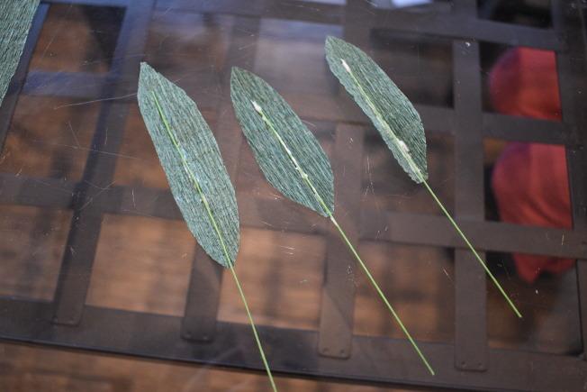 每片葉子用白膠黏上細的花藝用綠鐵絲做葉脈。(記者顏嘉瑩/攝影)