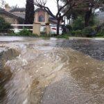 南加山區暴雨 積水倒灌進屋