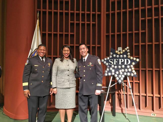 祝賀警員晉升。(照片由市長辦公室提供)