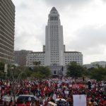 洛市教師罷工遊行 萬人圍堵市府