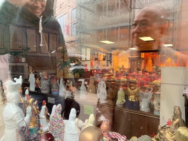 明怡法師稱毀壞佛像男子是慣犯,此次使用街道石塊攻擊寺外玻璃及佛像。(記者賴蕙榆/攝影)