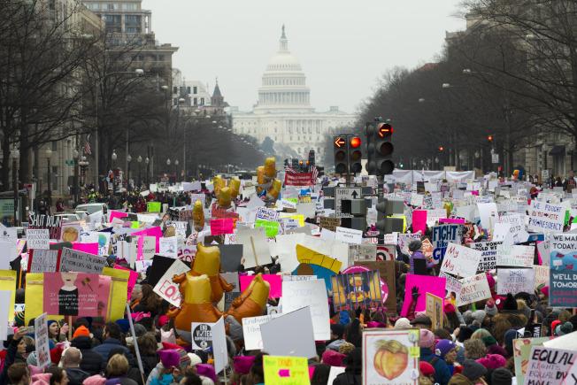 在華府舉行的女性大遊行,參加者浩浩蕩蕩走上國會前面。(美聯社)