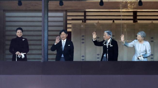 明仁天皇(右二)率皇室成員接受日本國民參拜。(美聯社)