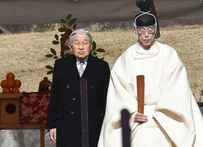 明仁天皇(左)參拜他父親裕仁天皇陵。(Getty Images)