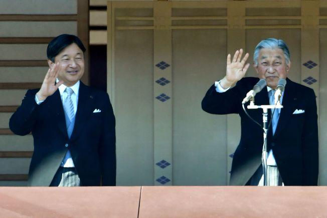 明仁天皇(右)率皇太子德仁接受日本國民參拜。(Getty Images)