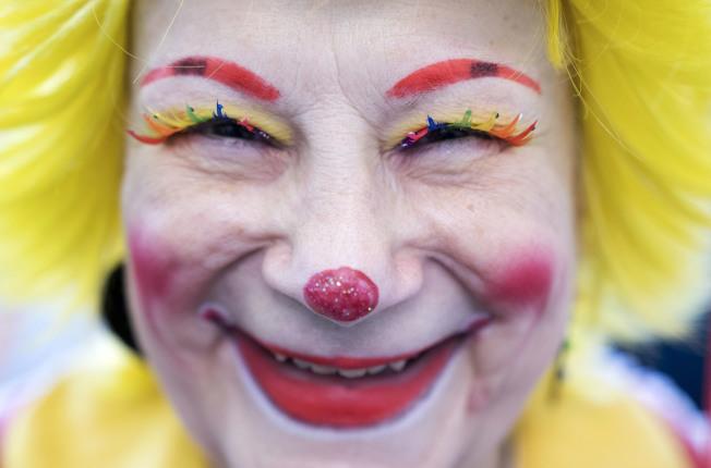 紅鼻子、白面紅唇、誇張的眉毛與髮型,幾乎是西方小丑的一致形象。(Getty Images)