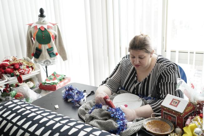 住在維吉尼亞州的桃麗絲,行動不便,依靠政府補助度日,她主要來源之一的糧食券因政府關門而停發了,她開始縫織毛衣賺錢。 (美聯社)