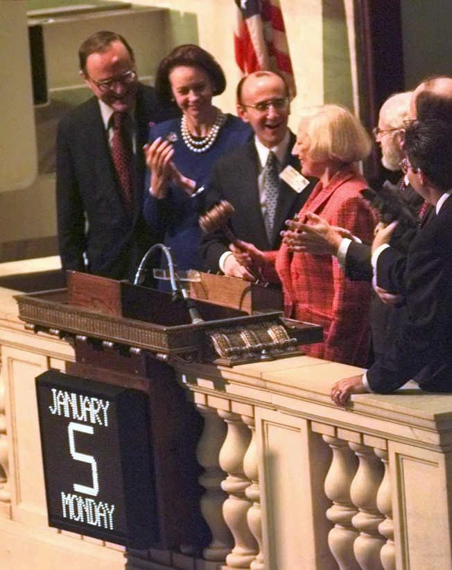穆里爾‧西伯特(中 )1967年成為華爾街首位合格的女性交易員。(美聯社 )