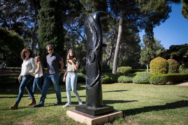 西班牙皇室馬利文特宮(Marivent Palace)花園內的觀光客。(Getty Images)