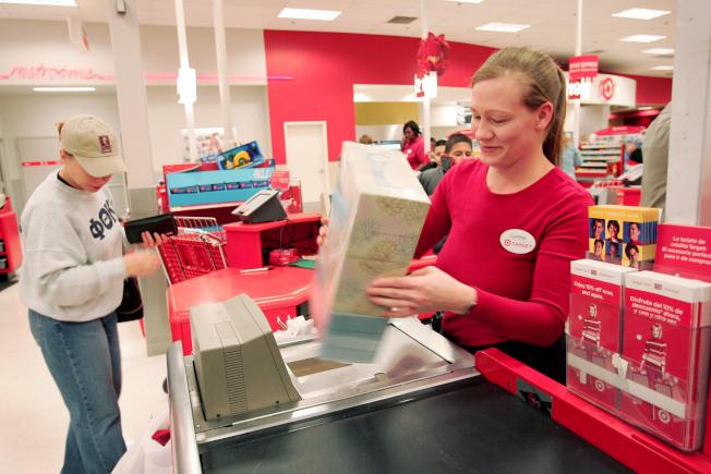 零售業者每年底購物旺季會增聘大批季節工。(Getty Images)