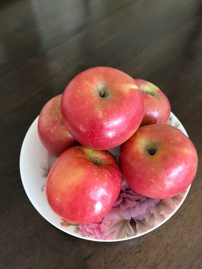 蘋果諧音平安,紅色意代表喜氣。(熊傳慧/攝影)