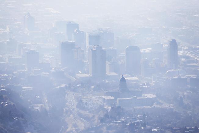 美聯社和兩個研究機構合作的民調顯示,74%美國人認為過去五年的極端氣候如颶風、乾旱、洪水、熱浪,改變了他們對氣候變遷的看法。圖為鹽湖市籠罩在煙霧中。(美聯社)