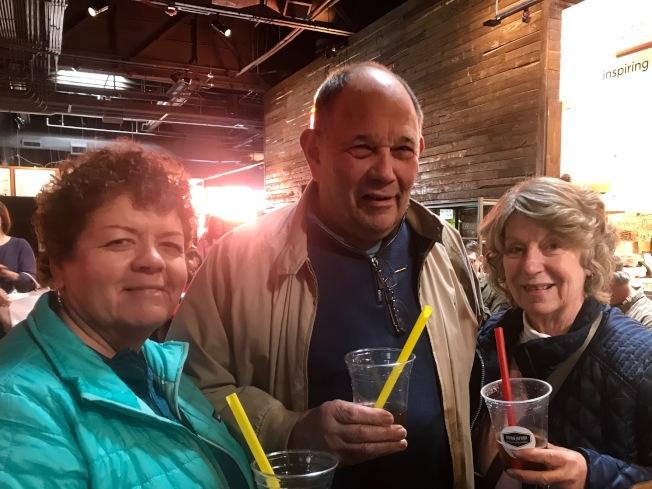 Nancy(左起)、Vic、Patty在国际节喝过波霸奶茶后,念念不忘,特地到美食街再度品尝。 (记者王明心/摄影)