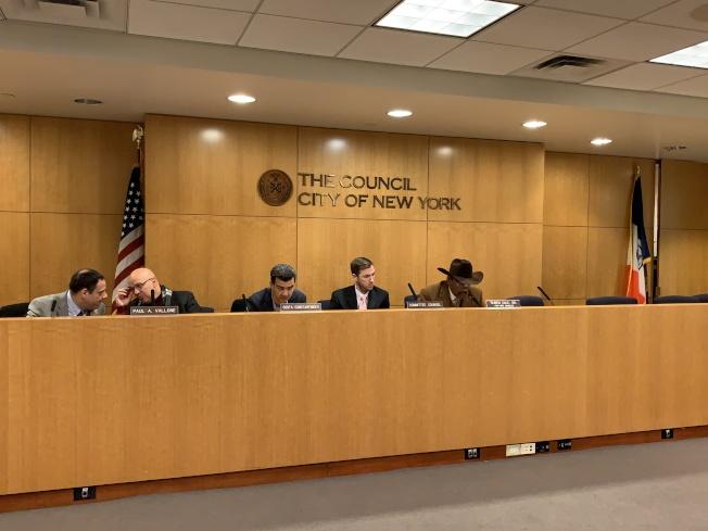 市議會召車委員會投票通過幫助電召車司機減少租賃、買車隱性費用的提案,同時通過加強監管小巴的提案。(記者和釗宇/攝影)