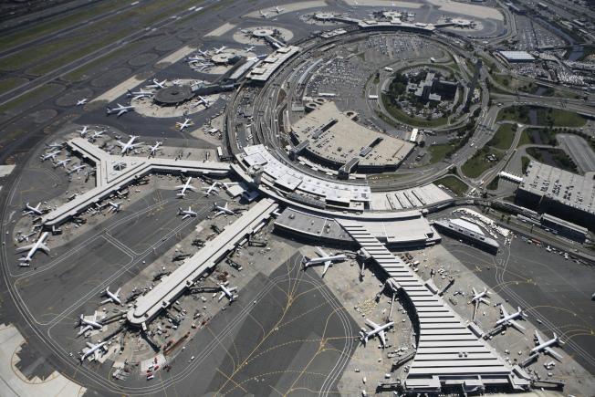 紐瓦克國際機場22日傍晚發現有兩架無人機在跑道附近上空出現,致使許多班機被迫停飛。(美聯社)