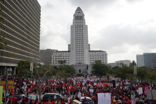 市府門前聚集大量示威者,呼籲洛杉磯聯合學區作出改變。(記者王千惠/攝影)