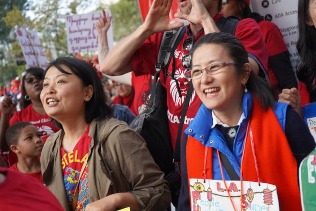 不少亞裔教師參與示威者行列。(記者王千惠/攝影)