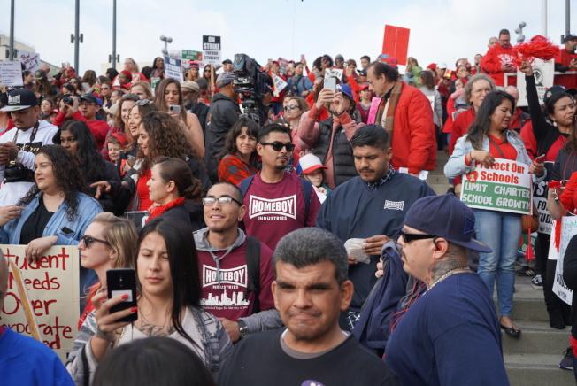 洛杉磯教師工會走上街頭大規模示威,22日與學區達成臨時協議。(本報檔案照)