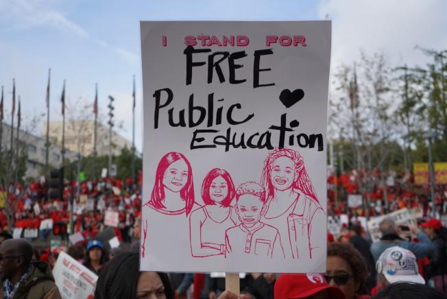 標語牌:「我支持義務公共教育」。(記者王千惠/攝影)
