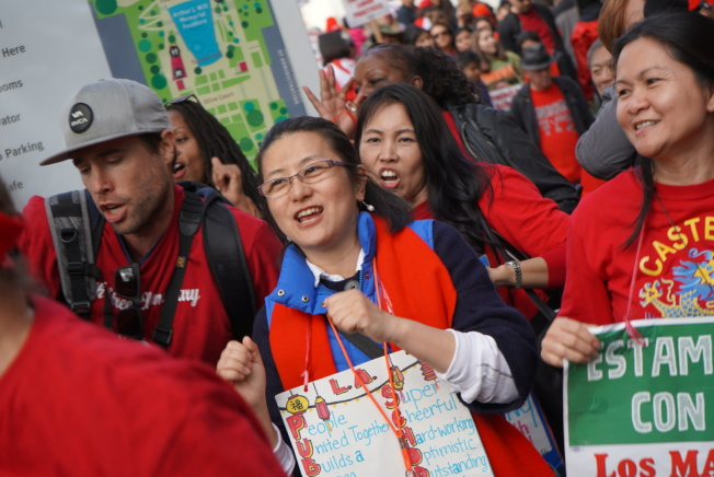 不少亚裔教师参与示威者行列。(记者王千惠/摄影)