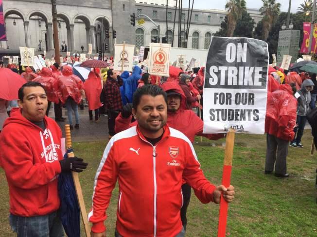 洛杉矶教师工会计划举行大规模游行集会,继续向洛杉矶联合学区主事者施压,22日与学区达成临时协议。(本报档案照)
