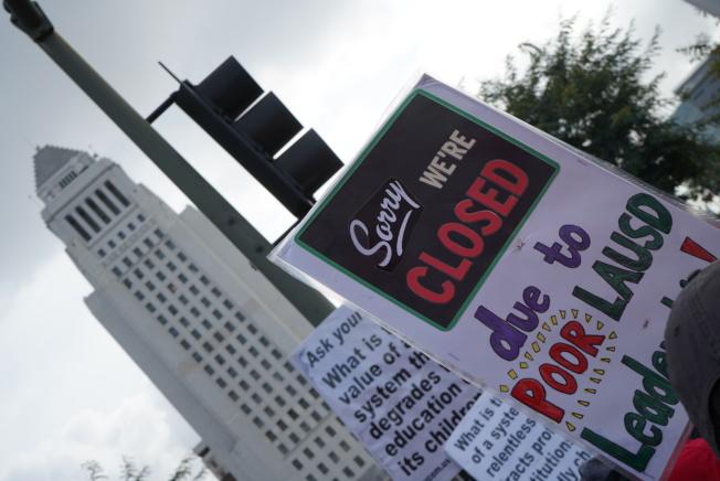 「對不起,我們關門了,因為洛杉磯學區的領導不行!」(記者王千惠/攝影)