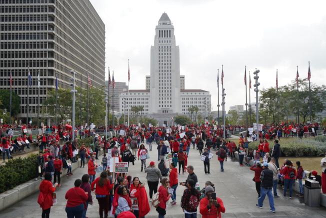 市府門前聚集大量示威者,呼籲洛杉磯聯合學區改變。(記者王千惠/攝影)