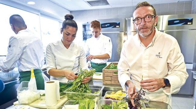 法國前三星餐廳Le Suquet的主廚布拉斯(右)是公開要求且獲得米其林除星的第一名廚師。(Getty Images)