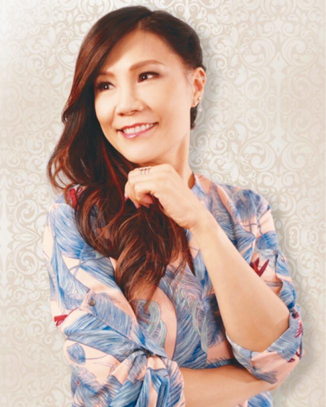 移居加拿大多年的著名香港歌手雷安娜,在中華總商會邀請下,將擔任今年度全美華埠小姐選美會特別嘉賓,2月16日晚間將在選美會上演唱她的經典名曲。 雷安娜於1980年代加入香港樂壇。她的名曲包括「人在旅途灑淚時」、「舊夢不須記」、「彩雲曲」等。2016年雷安娜為紀念她踏入歌壇滿35周年,推出她的第11張個人專輯「真愛如昔」,當年獲得廣東省音樂家協會的年度唱片大獎。 (文:記者李秀蘭,圖:中華總商會)