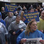 聯邦雇員到麥康諾肯州辦公室抗議