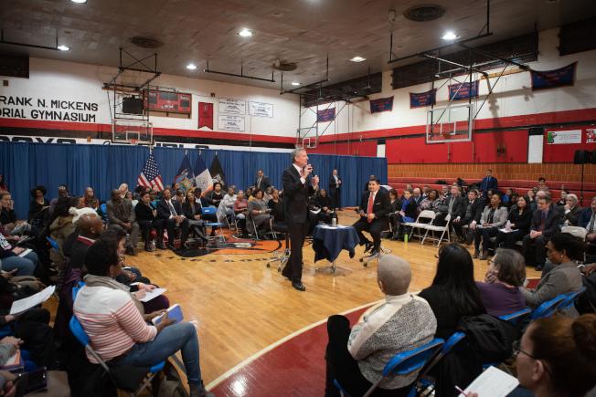白思豪23日晚和教育總監卡蘭扎舉行教育里民會。(市長辦公室提供)