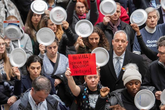 政府關門期間,無薪可領的聯邦雇員在華府手舉空盤子抗議。(Getty Images)