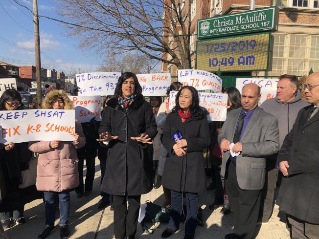 反對者在187初中外舉行示威,反對市長廢除特殊高中入學考試。(記者顏潔恩/攝影)