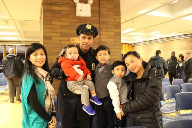 張小燕(右一)帶著三個兒子參加丈夫Gonell的升職禮,姊姊張燕珍(左一)也到場祝賀。(記者張晨/攝影)
